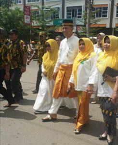 Pasangan calon Wali Kota dan Wali Kota Tanjungpinang Syahrul-Rahma berjalan kaki menuju KPUD Tanjungpinang