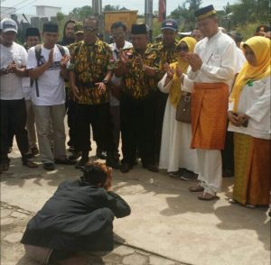 Pasangan SABAR saat tiba di kantor KPUD dengan penyambutan atraksi pencak silat.