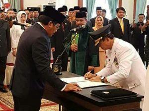 Gubernur Nurdin menyaksikan Raja Ariza dalam penandatanganan tugas barunya sebagai Pj. Wali Kota Tanjungpinang