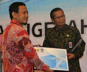 Kepala BPS Provinsi Kepri Panusunan Siregar (kanan-memakai kacamata) saat menerima penghargaan BPS Provinsi Kepri (ft. fb bps kepri)