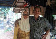 Engkong Dola bersama isterinya Rina. (Foto: Yuana Fatwalloh/kumparan)