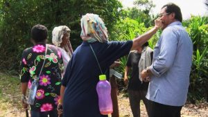 Seorang ibu sedang memelintir kumis Nurdin Nasirun, Gubernur Kepri