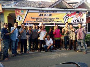 Muslim Matondang (jongkok) saat mengunjungi posko relawan pemenangan SABAR