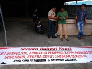 Selebaran berupa seruan masyarakat kepada Gubernur Kepri