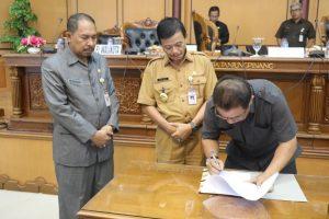 Ketua DPRD Tanjungpinang Suparno saat menandatangani Propemperda Kota Tanjungpinang Tahun 2018, disaksikan Pj. Wali Kota Tanjungpinang