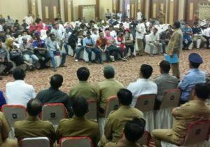 Gubernur Nurdin saat berdialog dengan barisan FKMPK
