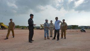 Gubernur Nurdin saat meninjau proyek pengerjaan jalan di Karimun