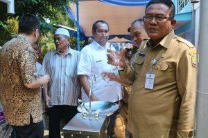 Sekda Riono dan para pejabat lainnya saat uji rasa air minum hasil SWRO
