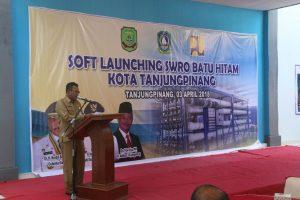 Sekda Tanjungpinang Riono menyampaikan sambutan pada peluncuran Soft Launching Seawater Reverse Osmosis(SWRO), di Gedung Operasi SWRO Batu Hitam Tanjungpinang