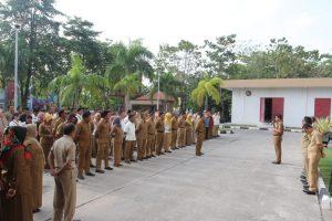 Wagub Kepri Isdianto saat memimpin apel pegawai di Batam