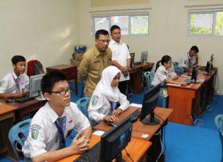 Sekda Arif saat meninjau pelaksanaan UNBK di salah satu sekolah SMA/SMK d Tanjungpinang