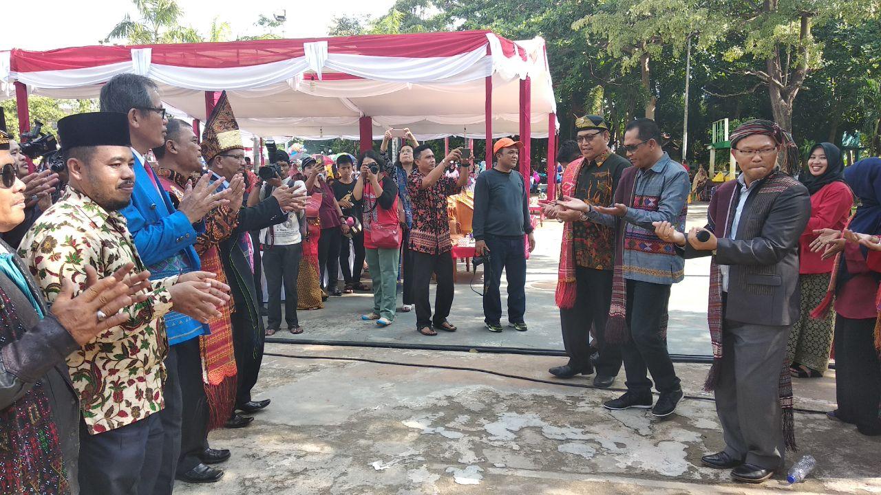 Anggota DPRD Tanjungpinang Petrus Marulak Sitohang (kiri) dan Sekretaris Dinas Pariwisata dan Kebudayaan Tanjungpinang dan Yus Nelly, mantan Kadis Pariwisata dan Kebudayaan Tanjungpinang