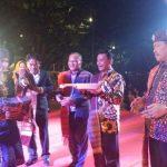 PJ. Walikota Tanjungpinang Raja Ariza menyerah peralatan musik kepada sanggar seni Batak