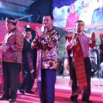 Raja Ariza manortor bersama pengurus RBB dan tokoh warga Batak