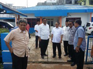 Gubernur Nurdin dan Dirut PT Pelindo I Cabang Medan, Bambang Eka Cahyana, saat meninjau pelabuhan SBP Tanjungpinang