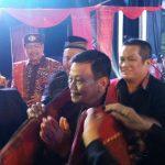 Raja Ariza saat diulosi oleh para tokoh warga Batak