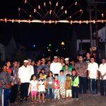 Bupati Bintan Apri Sujadi bersama warga saat mengunjungi lokasi pemasangan lampu cangkok