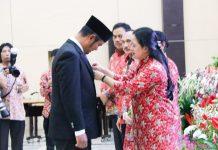 Bupati Bintan menerima penghargaan di bidang kesehatan dari Menteri Puan Maharani di Jakarta