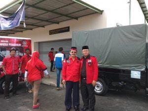 Petrus M. Sitohang bersama kader PDIP saat penjemputan jenazah di Bandara RHF, Tanjungpinang
