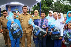 Bupati Apri saat menyerahkan seragam sekolah gratis kepada siswa-siswi di Kabupaten Bintan