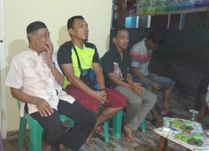 Ketua RT 1 (tengah) bersama warga saat menyampaikan keluhan kepada Andi Cori