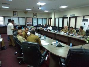 Saat hearing dengan Komisi 1 DPRD Kepri soal raibnya plat besi baja