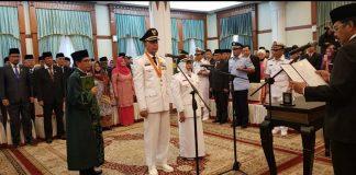 Syahrul - Rahma saat mengucap sumpah jabatan Walikota dan Wakil Walikota Tanjungpinanh, masa jabatan 2018-2023