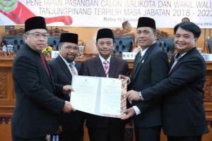 Ketua DPRD Suparno (kiri) dan Wakil Ketua I Ade Angga dan Wakil Ketua II Dani Pasaribu (kanan) bersama Pj. Walikota Raja Ariza saat menunjukkan berita acara penetapan Walikota dan Wakil Walikota Tanjungpinang Terpilih 2018-2023
