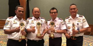 Kepala KSOP Kelas I Dumai Sanggam Marihot Simamora (kedua dari kanan) saat menerima penghargaan Pelayanan Prima Sektir Transportasi dari Kemenhub Ri