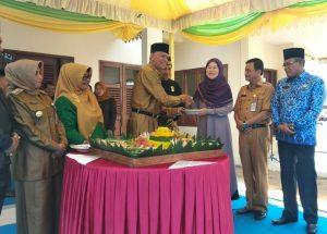 Walikota Syahrul menyerahkan tumpeng kepada mantan Walikota Suryatati A Manan
