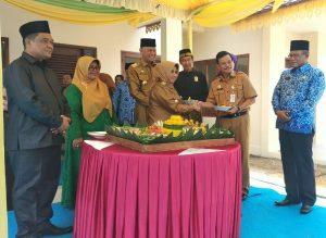 Wakil Walikota Rahma menyerahkan tumpeng kepada mantan Pj. Walikota Tanjungpinang