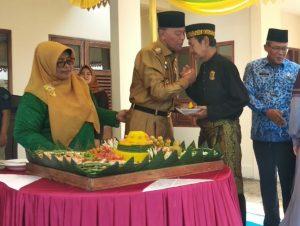 Walikota Syahrul menyerah tumpeng kepada Ketua LAM Tanjungpinang