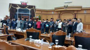 Moment foto bersama usai fraksi fraksi menyampaikan pandangan umum