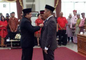 Ketua DPRD Tanjungpinang Suparno saat menyematkan Pin kepada dua anggota DPRD dari PAW