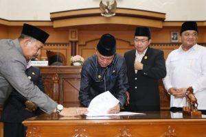 Walikota Syahrul saat penandatanganan Perda perubahan APBD 2018