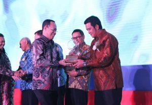 Bupati Apri menerima penghargaan Ki Hajar Dewantara di Jakarta