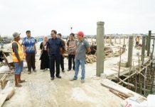 Gubernur Nurdin saat meninjau proyek pembangunan Jalan Lingkar di Kampung Bugis