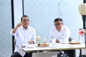 Menteri PANRB Syafruddin dan Sekretaris Kemenpan RB Dwi Wahyu Atmaji saat memberikan keterangan pers kepada awak media di Jakarta, Selasa (13/11). (ft: kemenpan RB)