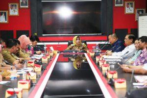 Wakil Walikota Tanjungpinang Rahma saat memimpin rapat dengan pengelolan Rimba Jaya.