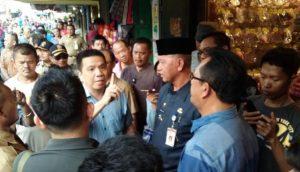 Rudi Chua saat menunjuk jari tangan dihadapan Walikota Syahrul