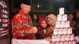 Walikota Syahrul dan istri berkunjung ke salah satu lapak pedagang