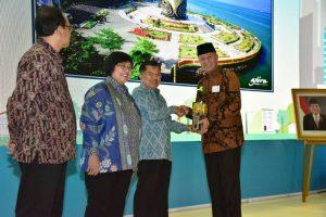 Walikota Syahrul saat menerima Adipura 2108 dari Wapres Jusuf Kalla