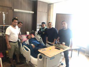 Andi Cori dan keluarga besar bersama ayahanda tercinta yang sedang terbaring di RS