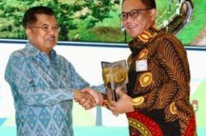 Bupati Awe saat menerima penghargaan dari Wapres Jusuf Kalla