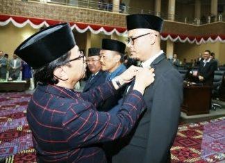 ketua dprd kepri jumaga nadeak saat menyematkan pin anggota dprd kepri dari paw